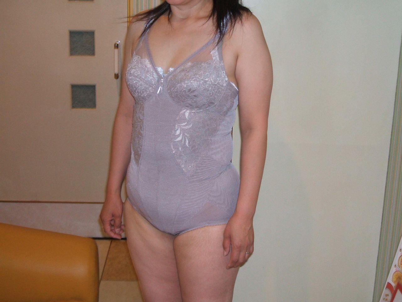 【素人投稿エロ画像】補正下着でだらしない体をカバーするおばさん達のまとめ