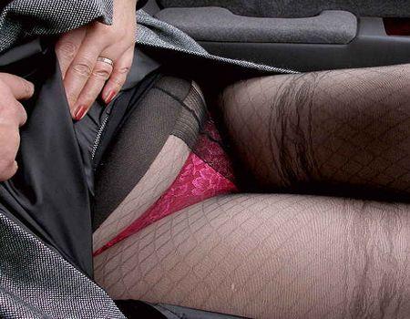 【エロ画像】おばさんがスカートをめくり下半身に履いたエロい下着を披露