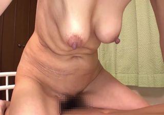 【無修正】還暦間近のおばさんが若い男と中出しセックス!