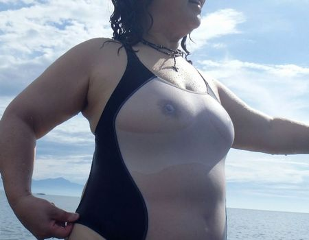 素人熟女の過激な水着画像をプールや海で盗撮!