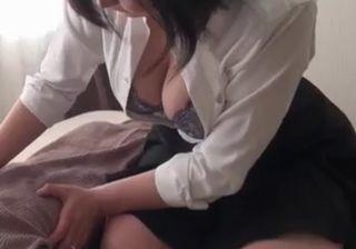 【無修正】巨乳を見せつけ男性客を誘惑するマッサージ師の熟女