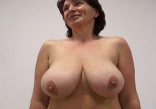 巨乳な外国人のおばさんがカメラの前で激しいセックス!