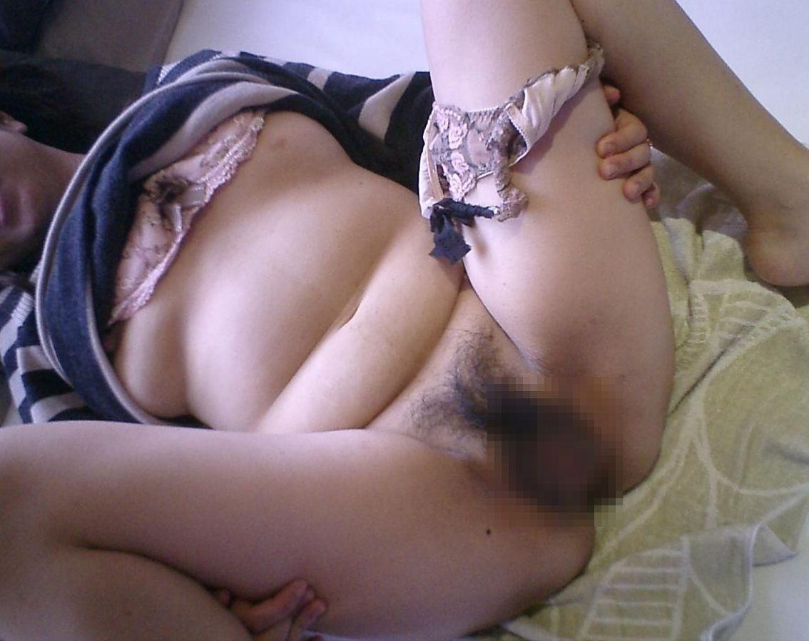 【素人エロ画像】股を開いておまんこの写真を撮らせるおばさんの姿22