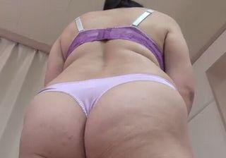 【熟女 動画】Tバックが食い込む熟女の巨尻にメロメロ