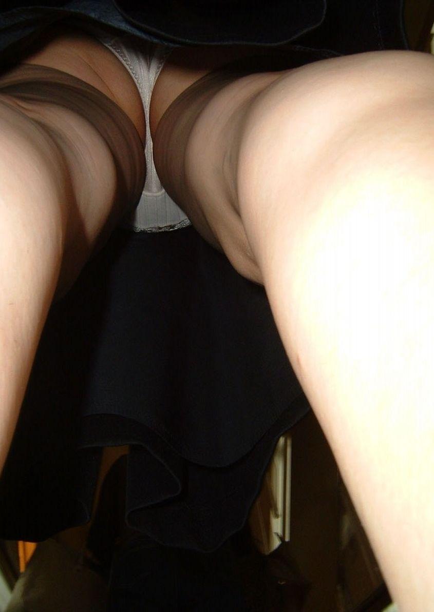 熟女おばさんのスカートの中逆さ撮り高画質エロ画像17