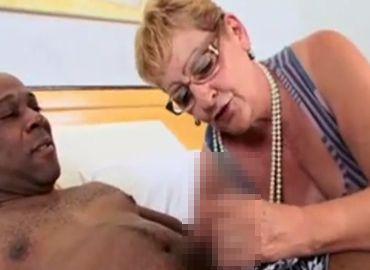 マッサージの高齢なおばあちゃんが黒人のデカチンを喰らう無料セックス動画