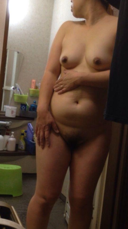 【熟女エロ画像】風呂上りに全裸でうろつくおばさん達の熟れた女体15