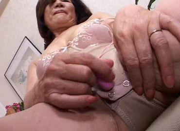 セックスをしている熟女