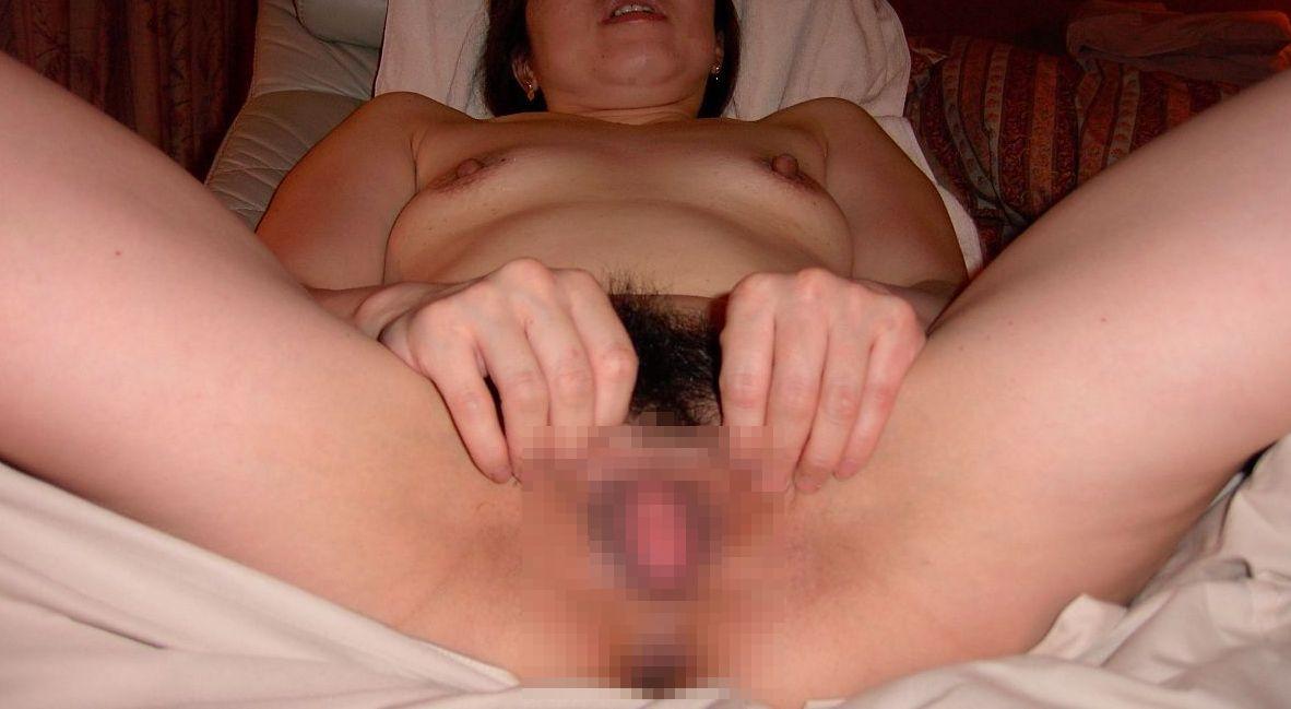 【素人エロ画像】股を開いておまんこの写真を撮らせるおばさんの姿2