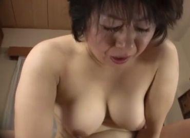 若者を自宅に連れ込んで性欲を満たす50代の豊満おばさん