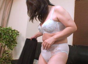 【無修正AV動画】豊満な身体を持て余す欲求不満なおばさんの動画