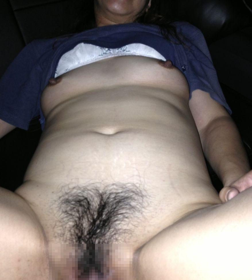 【素人エロ画像】股を開いておまんこの写真を撮らせるおばさんの姿17