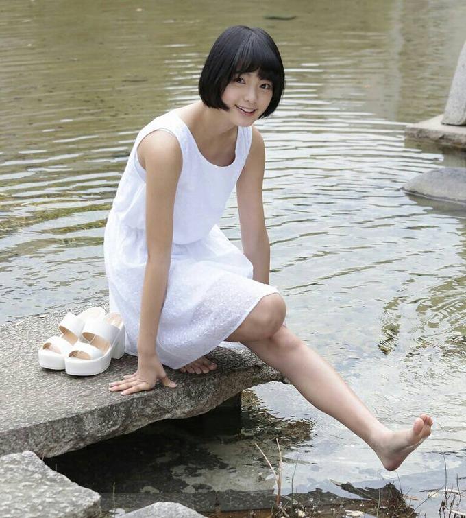 靴を脱いで足を水につけている平手友梨奈のセクシー画像♪
