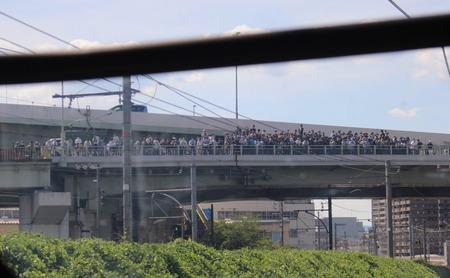【画像】撮り鉄さん、橋の上に大集合してしまうwwww