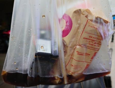 【悲報】出前館、コーラを袋にぶちまけたまま客に渡そうとして20分間押し問答する…