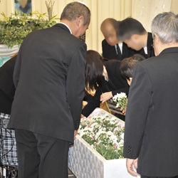 出棺前のお別れにはお花をたむけます