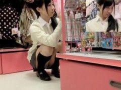 【盗撮】真面目そうなJKが買い物しているのに着いていってパンチラ大量ゲット