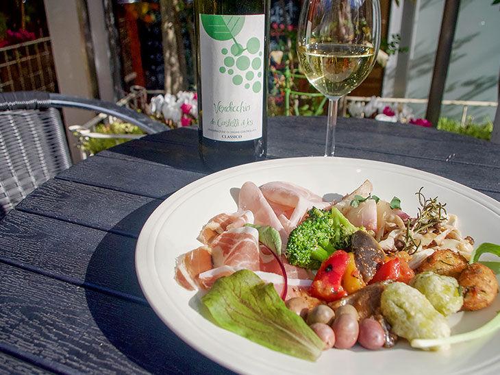 ディナーメニューから、前菜盛り合わせ(2人前)1,200円。グラスワイン700円~。暖かい季節になったら、ぜひとも利用したい屋上のオープンテラス席