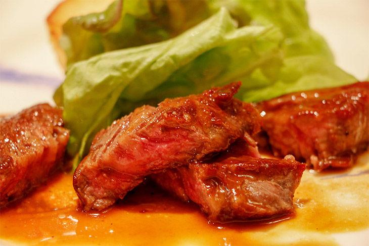取材時のコースの肉料理。リブロースステーキはすべてのバランスが◎