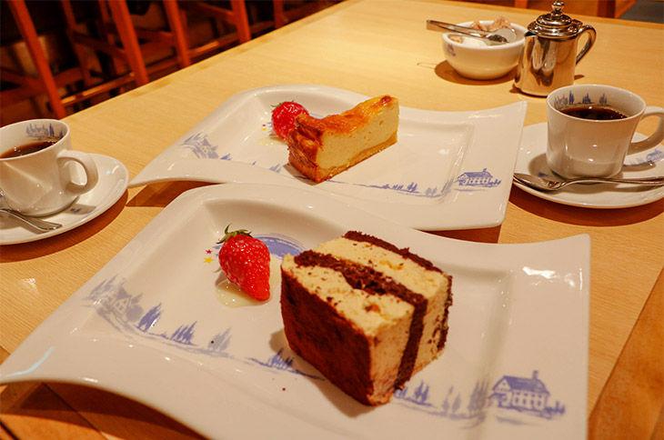 ティラミス(手前)とチーズケーキ。最後に出されるデザートもたっぷりで、これを目当てに通う常連さんも