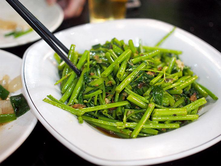 中国語が読めないながらも、青菜炒めだけはなんとなくわかった。少し濃いめの味付けで、台湾ビールとの相性は抜群