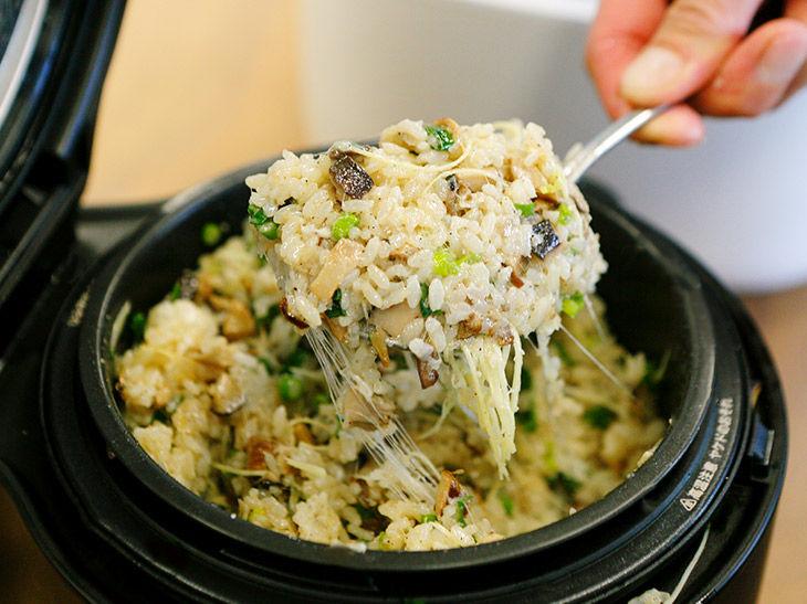 料理名は「モッツアレラブラータとブラックペッパーのピラフキノコとらっきょうのソース」