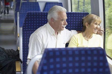 【亭主関白】電車である奥さんが同窓会的な年一のお茶会に参加したいと気弱に旦那に頼んでたが旦那さんはすごい剣幕で食ってかかってた