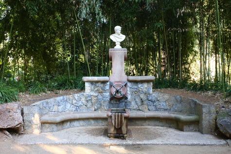 ガウディ作の泉 (4)