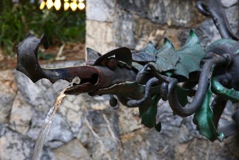 ガウディ作の泉 (12)