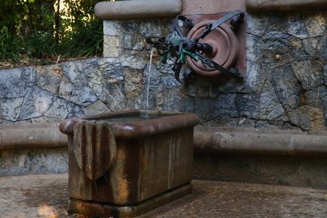 ガウディ作の泉 (7)