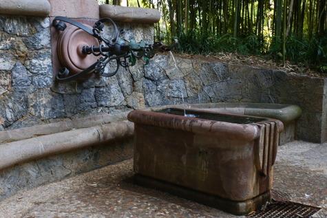 ガウディ作の泉 (8)