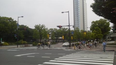 歩行者信号が赤でも 信号無視する 自転車(車両)