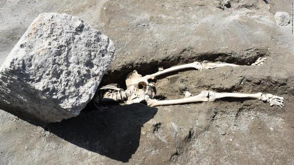 pompeii-victim-crushed-rock-eruption-trnd-super