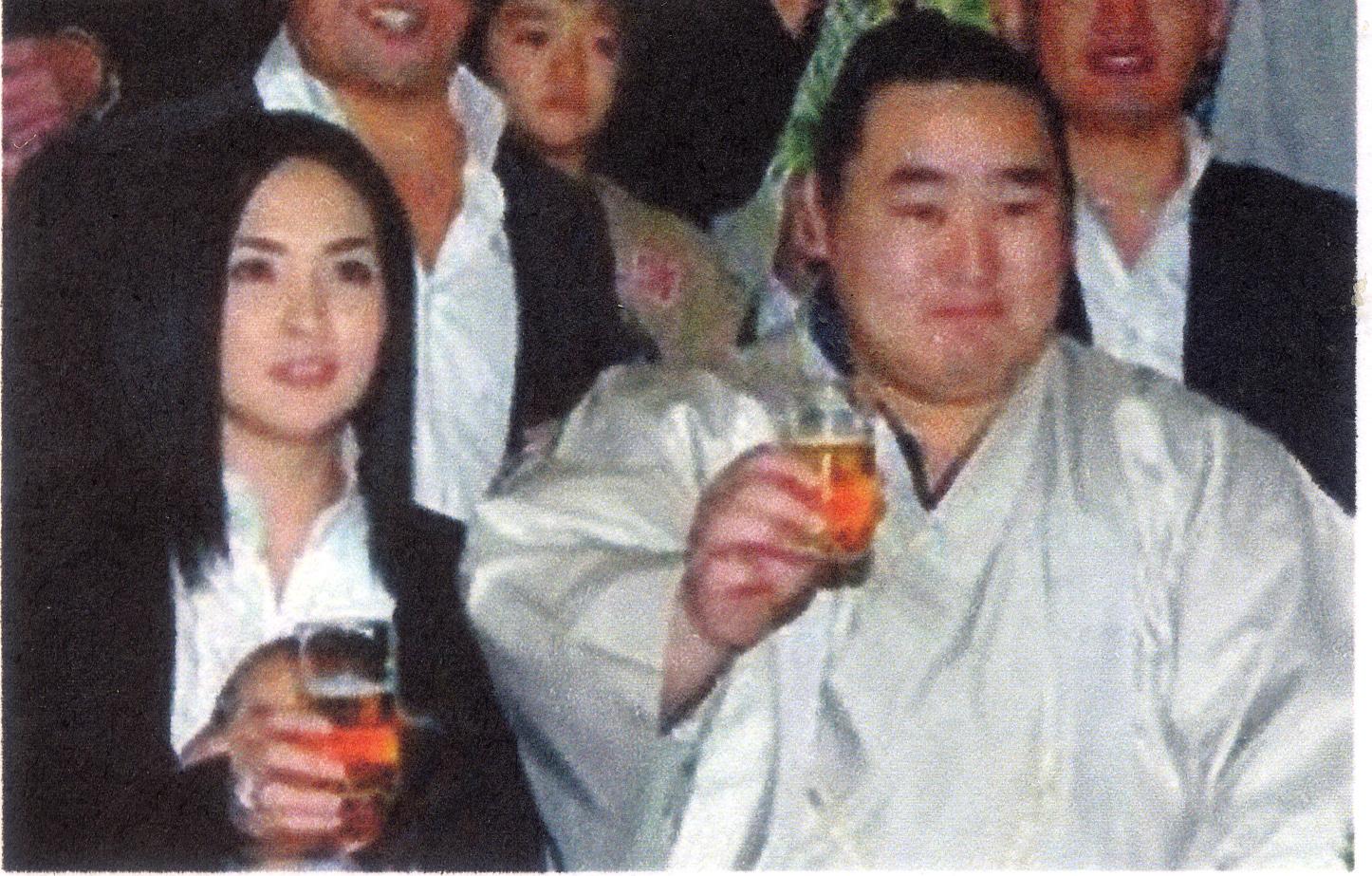 タミル夫人(左)と元朝青龍 今年2月の泥酔暴行問題で引退した大相撲の元... oozumouのブ