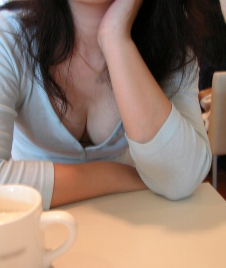 ほおづえをつく女の胸元が巨乳でエロかった件について