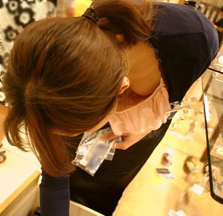 Shop店員の胸元って専門に狙ってる胸チラ師っているの?