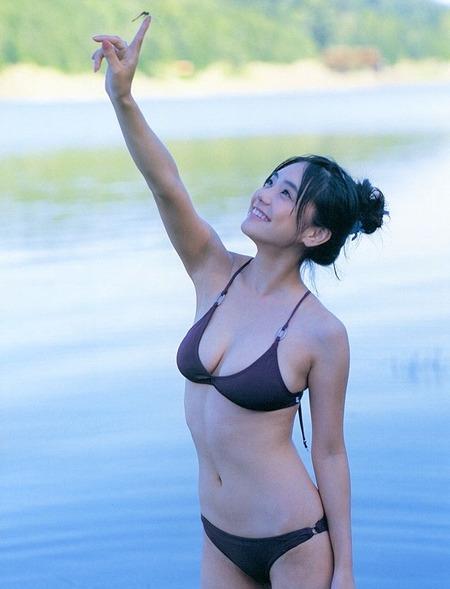 水も弾くような若い素肌の水着娘