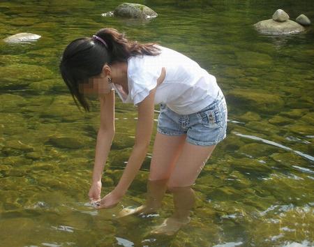川のせせらぎと共にさわやかな胸チラをお楽しみ下さい