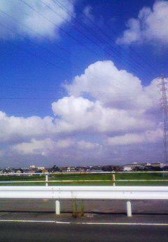 信号の赤空の青雲の白。