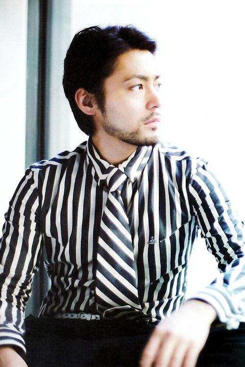 ストライプシャツの山田孝之