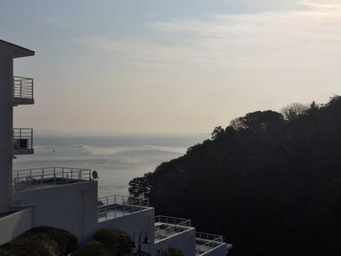 海に手を合わせる春の朝(2/28)