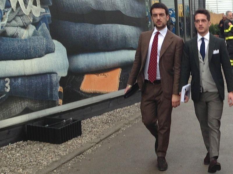 兄弟でしょうか、良く似たお二人です。ブラウンスーツとネイビージャケット、お約束のスエード靴を二人とも履いています。