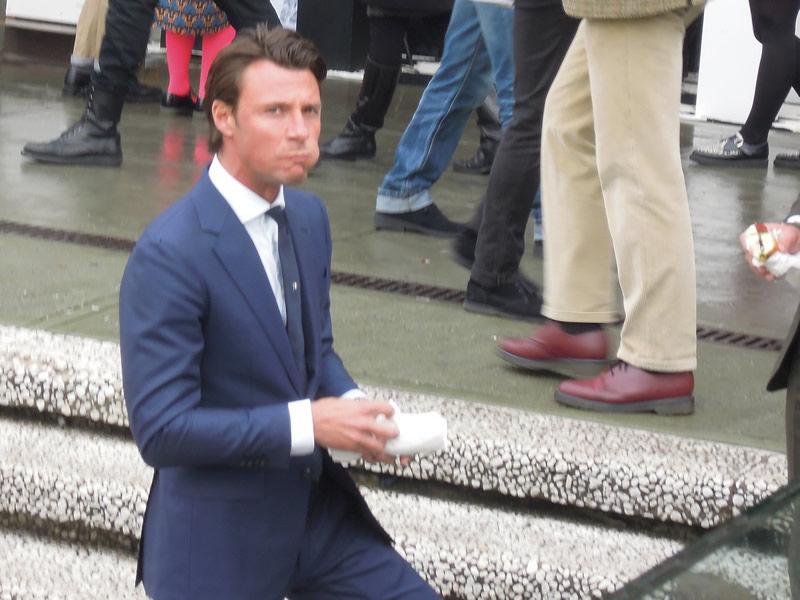 ロイヤルブルーにネクタイは濃紺ソリッドに一カ所だけ小紋の入ったネクタイを小さめに結んでホリゾンタルカラーのシャツ。いい男ならランチ姿もサマになります。