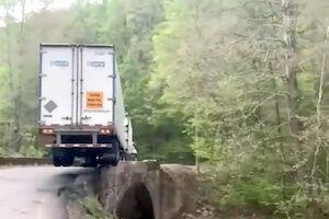 【動画】不慣れな大型トレーラー乗りが豪快な内輪差事故を起こす。