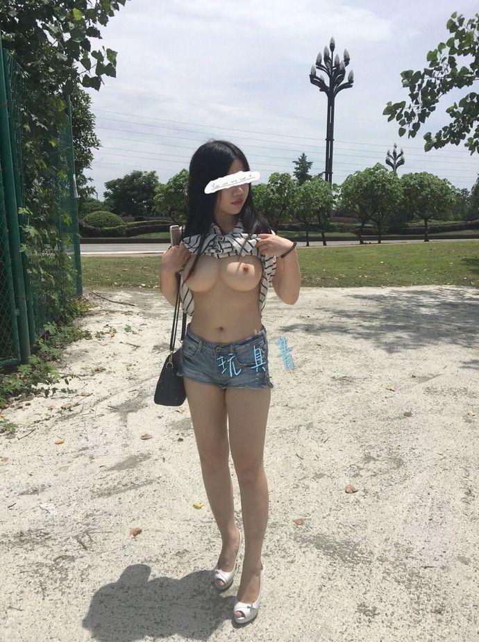 【激写】中国の田舎、こういうノーパンノーブラの女の子が普通に出没します・・・・