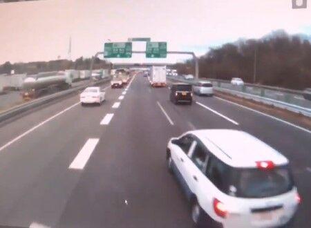 関西近畿道に暴走車現る・・・シビックが猛スピードで暴走し追突するドラレコ映像