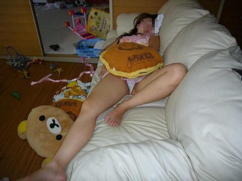 このだらしなさが逆にイイ! 生活感ありありの家庭内で撮られたエロ画像 【Part.2】