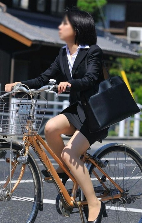 スーツで自転車とかたまらんだろ!! タイトスカートがさらにピチっとなってるwww