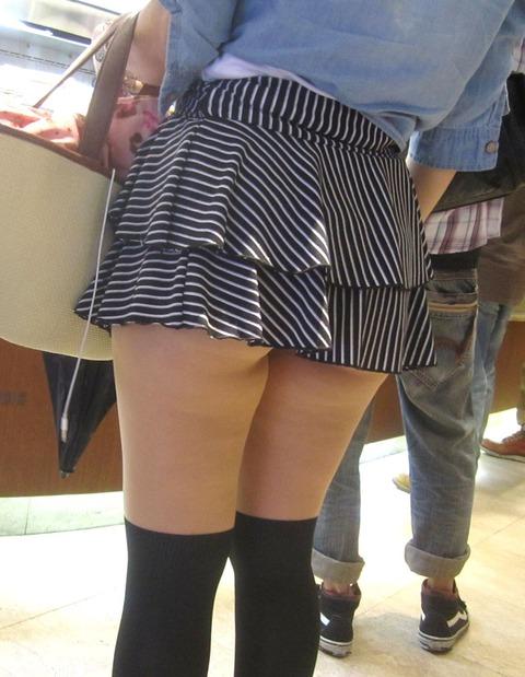 ちょっとかがむとパンツが見えちゃうほどのミニスカ女の子にドキドキ