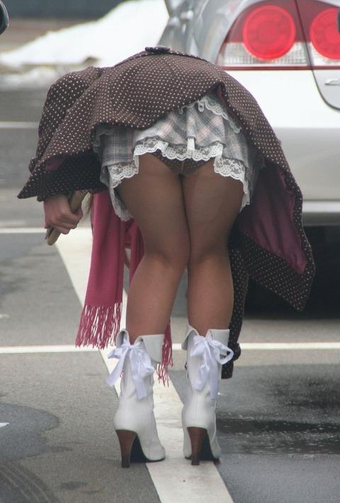 前かがみになった瞬間に撮られちゃったセクシーショットがエロ過ぎる!!